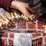 Encaje de bolillos realizado por hábiles manos. Oficio en vias