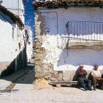 Vecinos sentados en la calle Espejo. PIORNAL. Valle del Jerte. C