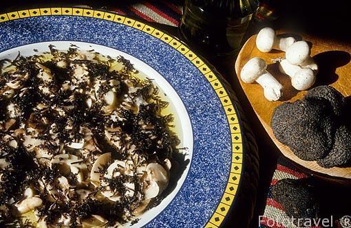 Plato de Delicias de champiñon trufado en aceite de oliva. Pueb