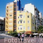 Edificios coloridos al borde del paseo maritimo de la playa de l