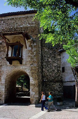Arco de piedra en la plaza de la Guía y calle Molonillo. BRIHUE