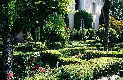 El jardín de la Real Fábrica de Paños de Carlos III. Al fondo