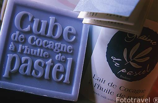 Pastilla de jabón y botella de crema para la piel. Productos he