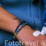 Crema y tatuaje hechos con azul pastel, pulseras y ropa teñidas