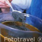 Echando polvo de azul pastel en un recipiente con agua para post