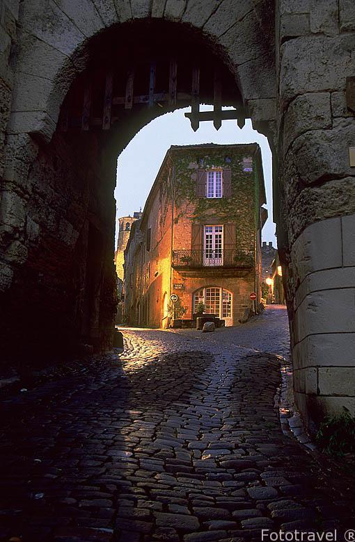 Puerta de Ormeaux (S.XIII). Detras discurre la calle Saint Miche