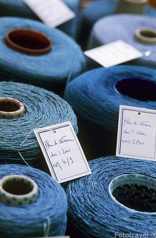 Bobinas de hilo de diferentes materiales. (algodon, lino) teñid