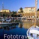 Puerto pesquero de la ciudad de AJACCIO, detras las murallas de