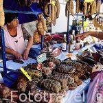 Venta de charcuteria en un puesto en el mercado, junto al Ayunta