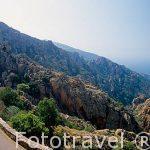 Turistas en el paraje montañoso de las Calanches protegido por