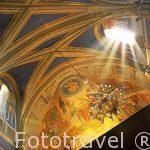 Interior de la iglesia ortodoxa y coloridos frescos. Pueblo de C
