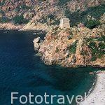 Playa y torre de vigilancia a la entrada del pueblo de PORTO. Al