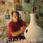El ceramista Sr. Jacky Quilichini junto a un Houdu (instrumento