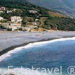 Playa de arena negra de Marine d´Albo , cerca de la población