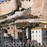 El puerto deportivo y en lo alto la fortaleza / ciudadela de BON