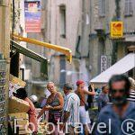 La rue (calle) Sacrement , tiendas y gente paseando. BONIFACIO.
