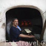 Elaboración de pan en horno tradicional. La Medina, casco histo
