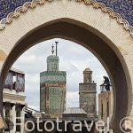 Puerta principal Bab Boujloud. Al fondo las torres de la Madrasa