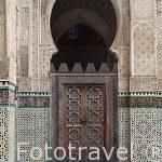 Puerta de madera, yeserias y alicatados. Madrasa Bouananiya o Bo
