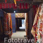 Calle tapizada con alfombras. Dentro de la medina del s.IX, casc