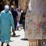 Maniqui con minifalda y mujeres musulmanas. Calles estrechas en