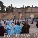 Mujeres. Plaza de Boujloud protegida por murallas. Ciudad de FEZ