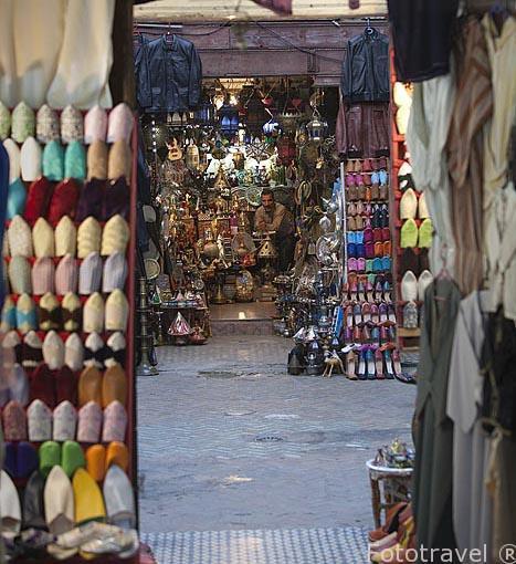 Babuchas a la venta. En la medina, casco historico patrimonio de