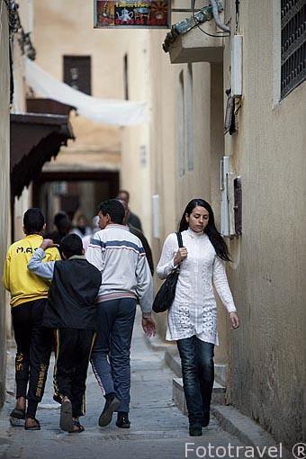 Calle estrecha y jovenes en la medina del s.IX, casco historico