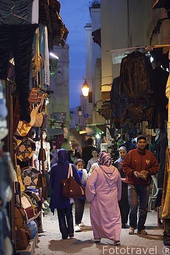 Calle estrecha y comercios en la medina del s.IX, casco historic