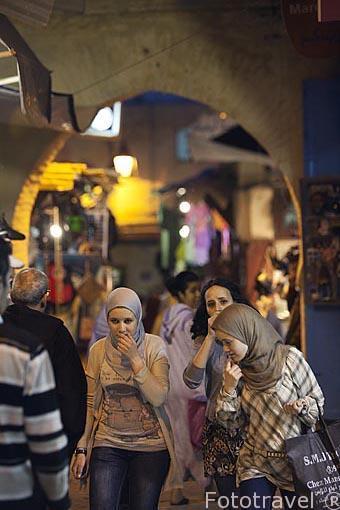 Jovenes musulmanas y comercios en la medina del s.IX, casco hist
