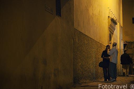 Calle estrecha y pareja en la medina del s.IX, casco historico p