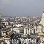 El edificio de la KBC a la derecha. La ciudad de AMBERES - ANTWERPEN. Belgica