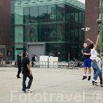Chicos jugando al baloncesto, detras de la nueva biblioteca Permeke. Antiguo taller de vehiculos. AMBERES - ANTWERPEN. Belgica