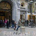 Un mimo frente al centro comercial StadsFeestzaal Shopping Center. Calle comercial Meir. Ciudad de AMBERES - ANTWERPEN. Belgica