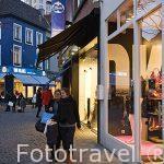 Tiendas variadas en la calle comercial Korte Gasthuis. AMBERES - ANTWERPEN. Belgica