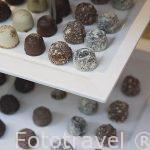 Bandeja de chocolates en la vitrina de una tienda. Ciudad de AMBERES - ANTWERPEN. Belgica