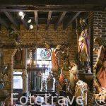 Decoracion con estutuillas religiosas en el cafe-restaurante Het Elfde Gebod. Ciudad de AMBERES - ANTWERPEN. Belgica