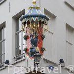 Virgen en la fachada de una casa en el casco historico de la ciudad de AMBERES - ANTWERPEN. Belgica