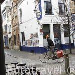 Virgen y ciclistas en la calle Steenhouwersvest. Ciudad de AMBERES - ANTWERPEN. Belgica