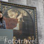 Visitante observando un cuadro de Rubens. Museo de Bellas Artes. AMBERES - ANTWERPEN. Belgica