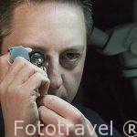 Trabajador buscando imperfecciones en un diamante. Taller de pulido de AWDC (Centro mundial del Diamante de Amberes). Ciudad de AMBERES - ANTWERPEN. Belgica