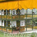 Vista del jardin y uno de los edificios de la propiedad. Hacienda del Palmar. Estilo colonial rustico. Eje Cafetero. Municipio de Montenegro