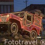 Jeep Willys cargado con sacos de cafe dispuesto en una rotonda en QUIMBAYA