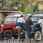 Paisas en la plaza del pueblo de SALENTO y jeep willys aparcados. Valle de Cocora