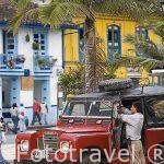 Jeep Willys en la plaza del pueblo de SALENTO. Valle de Cocora. Quindio. Eje cafetero. Colombia.