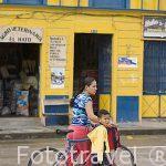 En bicicleta. Plaza del pueblo de SALENTO. Quindio. Eje Cafetero. Colombia