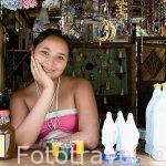 Chica vendiendo recuerdos. Virgen de Ntra. Sra. de la Salud del Paramo. PARAMO. Departamento de Santander. Colombia. Suramerica