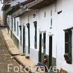 Calle empedrada y antiguas casas de estilo colonial. BARICHARA. Departamento de Santander. Colombia. Suramerica