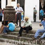 Pueblo de GIRON y gente en la plaza. Departamento de Santander. Colombia. Suramerica