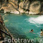 Disfrutando de un baño cerca del alojamiento Guachipelin Lodge. Rincon de la Vieja. COSTA RICA.